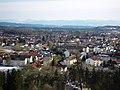"""Blick von der """"Burg"""" über die Stadt bis zu den Alpen - panoramio.jpg"""