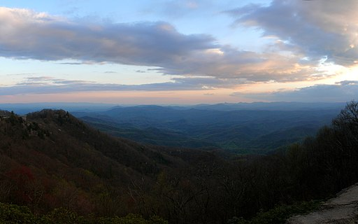 http://upload.wikimedia.org/wikipedia/commons/thumb/1/1a/Blowing_Rock-27527-2.jpg/512px-Blowing_Rock-27527-2.jpg