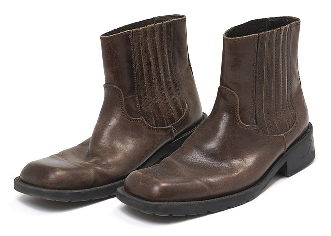 English: A pair of brown men's boots. Size 10....