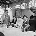 Bruidspaar luisterend naar toespraken van verwanten onder het genot van een glas, Bestanddeelnr 255-0296.jpg