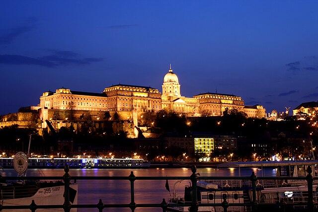 640px-Budapest_castle_night_5.jpg