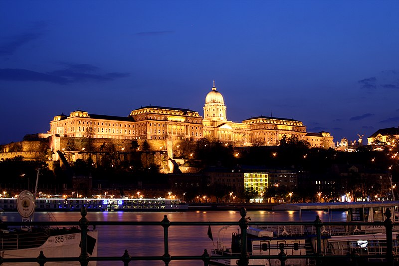 File:Budapest castle night 5.jpg
