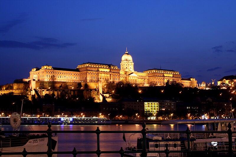 Chateau de Budapest éclairé la nuit : Côté Buda - Photo de Karelj