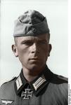 Bundesarchiv Bild 101I-218-0540-20, Russland-Süd, Hauptmann mit Ritterkreuz Recolored.png