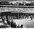 Bundesarchiv Bild 135-BB-108-11, Tibetexpedition, Neujahrsfest im Potala.jpg
