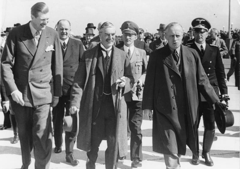 Bundesarchiv Bild 183-H12486, Vorbereitung Münchener Abkommen, Chamberlain auf dem Flugplatz Oberwiesenfeld