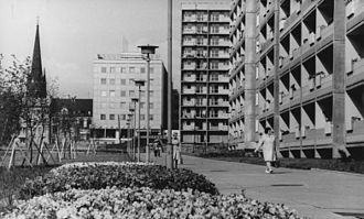 Inner-city Plattenbau architecture in 1974, with St. John's Church in background Bundesarchiv Bild 183-N0617-0323, Gera, Wohnblocks.jpg