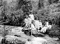 COLLECTIE TROPENMUSEUM Portret van de families Arens en Cattenburg in een bergrivier bij een waterval bij Poedjon TMnr 10023953.jpg