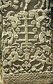 COLLECTIE TROPENMUSEUM Steen met de motieven van het Nederlandse wapen en de schedelboom (andung) in Watuhadang TMnr 20018328.jpg