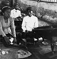 20000386.jpg COLLECTIE tropenmuseum Zangeres en muzikant tijdens de uitvoering van een gamelanorkest TMnr