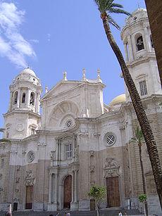 La fachada de la catedral nueva de Cádiz, España.