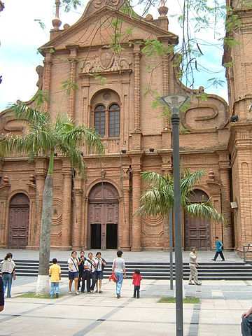 https://upload.wikimedia.org/wikipedia/commons/thumb/1/1a/Cattedrale_santa_cruz.jpg/360px-Cattedrale_santa_cruz.jpg