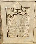 Chiostro di s.lorenzo, tomba di paolo giovio, stemma.JPG