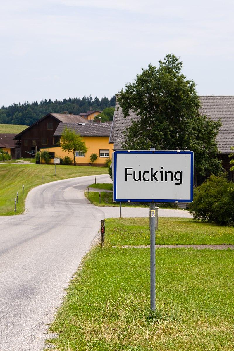 Fucking in Österreich - sehr ungewöhnlicher Name für ein Dorf. Reisegruppen aus dem Ausland besuchen den Ort Fucking wegen des schlüpfrigen Namens und machen Selfies und Fotos vor den Ortsschildern, die teilweise schon geklaut wurden und deshalb mehrmals ersetzt und besser gesichert werden mussten