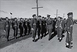 Comte d'Athlone et William Lyon Mackenzie King passant les soldats en revue