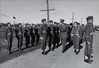 CFB Valcartier - Image: Comte d'Athlone et William Lyon Mackenzie King passant les soldats en revue