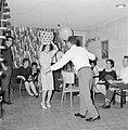 Dansende gastvrouw met een van de gasten terwijl ze een vaas op haar hoofd houdt, Bestanddeelnr 255-4331.jpg