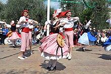 Danseurs en costume traditionnel niçois lors de la fête des mai a Nice