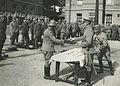 De drie detachementen van het 8e en 19e regiment infanterie ontvangen aan het ei – F40443 – KNBLO.jpg