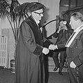 De promotor prof. J. H. van den Broek feliciteert Gerrit Rietveld, Bestanddeelnr 915-9348.jpg