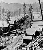 Photographie d'une rue de Deadwood en 1876.