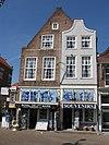 foto van Hoekpand Oude-Manhuissteeg. Monumentaal bouwlichaam met aan de Marktzijde een tot puntgevel genormaliseerde topgevel