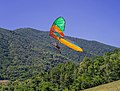 Deltaplano vola nella Valle di Sur a Gardone Riviera Lago di Garda.jpg