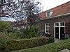 foto van Dubbele rij van vierentwintig rug-aan-rug gebouwde woningen, op rechthoekige plattegrond bestaande uit een bouwlaag onder een met pannen gedekt mansardedak