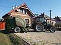 Deutz-Fahr traktor és McHale bálázó, 2018 Karcag.jpg