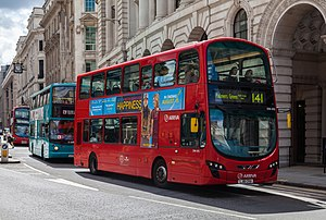 Double-deckers en la calle Cornhill, Londres, Inglaterra, 2014-08-11, DD 145