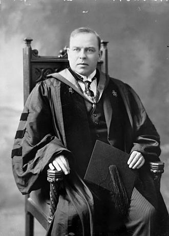 Academic dress in the United States - William Lyon Mackenzie King in his Harvard doctoral robes in 1919, holding his mortarboard cap in his lap