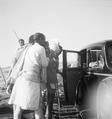 ETH-BIB-Abessinier neben einem Auto-Abessinienflug 1934-LBS MH02-22-0294-A.tif