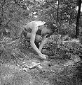 Een jongen speelt met vliegtuigjes, Bestanddeelnr 191-1126.jpg