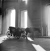 Een koets voor een gebouw in Milaan, waarschijnlijk het station, Bestanddeelnr 252-0032.jpg