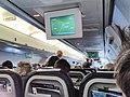 Een stuwardes aan het uitdelen van eten in een vlucht Nederland.jpg