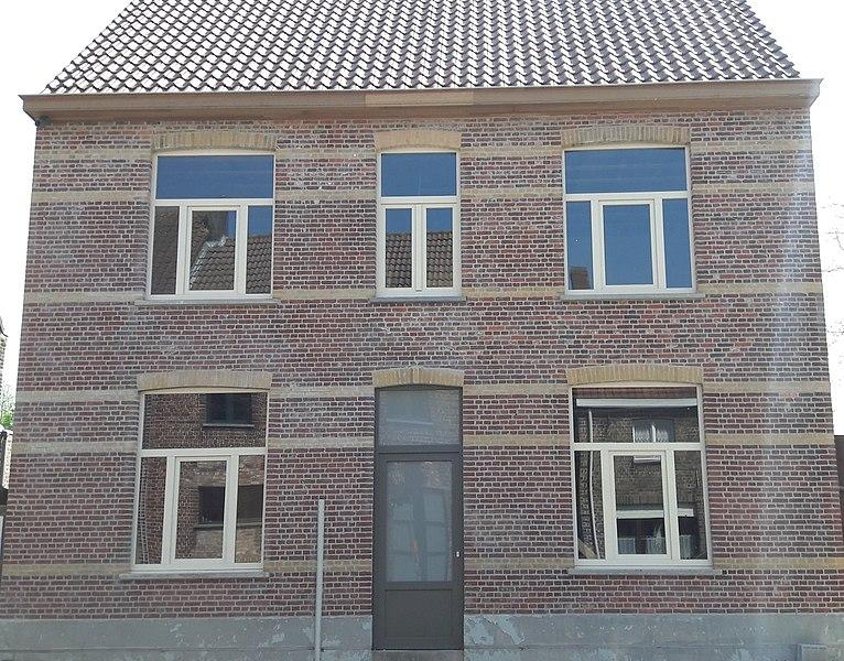 Oud Gemeentehuis van Snellegem na gevelrenovatie
