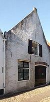 foto van Huis met gepleisterde puntgevel met vlechtingen