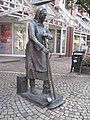 Emden Skulptur Strassenfegerin Peterke-01.JPG