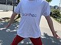 Enfant portant un T-shirt Soarthec au Centre commercial du Carré de Soie.jpg