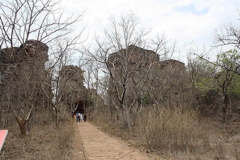 चित्र:Entrance of bhimbetka.jpg