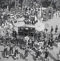Fêtes du Nam-giao en 1942 (6). Le palanquin où se tient S.M. Bảo-đại sort du palais.jpg
