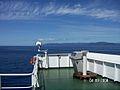 Fahr- und Steuerstand neben Peilkompass in der Brückennock eines Containerschiffs.jpg