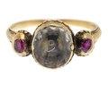 Fingerring av guld med miniatyrporträtt och rubiner, 1700-tal - Hallwylska museet - 110251.tif