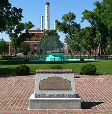 Fontaine circulaire dans le parc avec des jets d'eau venant des côtés