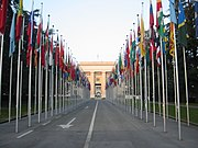 Σημαίες κρατών μπροστά από το κτίριο