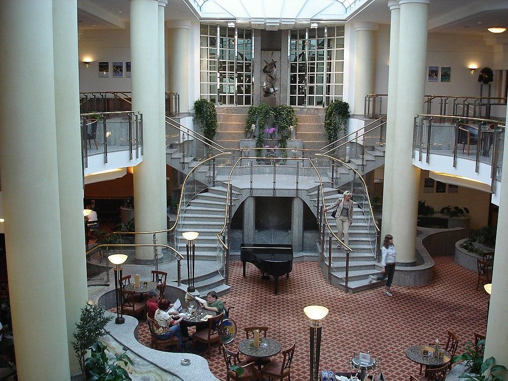 1024px-Foyer_im_Hilton_Berlin.JPG