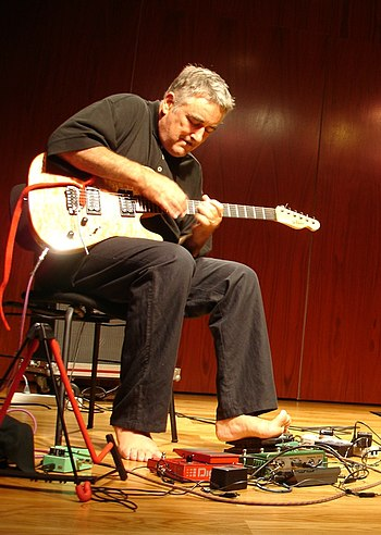 English: Fred Frith performing with (off camer...