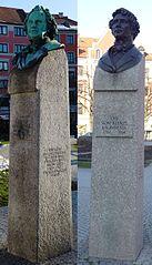 Auf modernen Stelen Büsten Friedrich von Gärtners und Leo von Klenzes