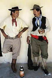 Gauchos vistiendo bombacha