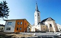 GuentherZ 2011-09-24 0163 Haugsdorf Laaerstrasse Kirche Gemeindeamt.jpg